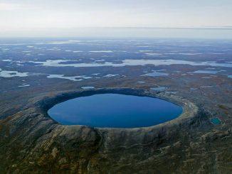Kanada'da bulunan bir krateri gölü fotoğrafı