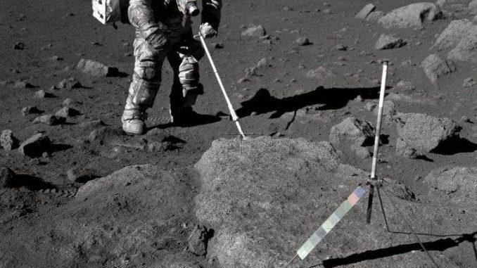 Ay'dan numune toplayan bir astronot