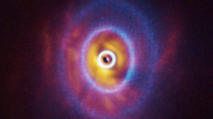 3 yıldızlı güneş sistemi olan GW Orionis'in fotoğrafı