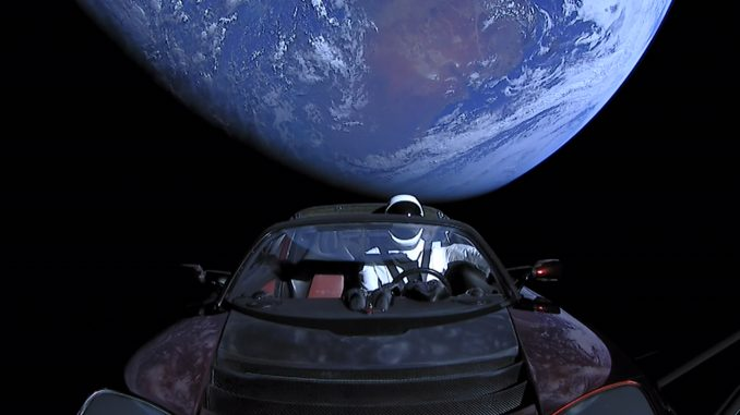 Tesla Roadster aracının uzaydaki fotoğrafı